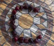 Beschriften Sie C, das mit cherrys gemacht wird, um einen Buchstaben des Alphabetes mit Früchten zu bilden Lizenzfreie Stockbilder