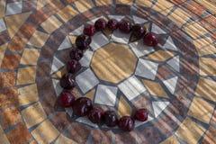 Beschriften Sie C, das mit cherrys gemacht wird, um einen Buchstaben des Alphabetes mit Früchten zu bilden Stockbild