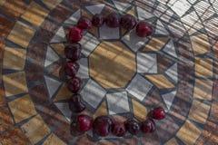 Beschriften Sie C, das mit cherrys gemacht wird, um einen Buchstaben des Alphabetes mit Früchten zu bilden Stockbilder