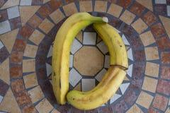 Beschriften Sie D, das mit Bananen gemacht wird, um einen Buchstaben des Alphabetes mit Früchten zu bilden Stockfotos
