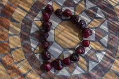 Beschriften Sie D, das mit cherrys gemacht wird, um einen Buchstaben des Alphabetes mit Früchten zu bilden Lizenzfreie Stockfotografie