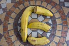 Beschriften Sie E, das mit Bananen gemacht wird, um einen Buchstaben des Alphabetes mit Früchten zu bilden Lizenzfreie Stockbilder