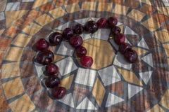 Beschriften Sie E, das mit cherrys gemacht wird, um einen Buchstaben des Alphabetes mit Früchten zu bilden Stockbild