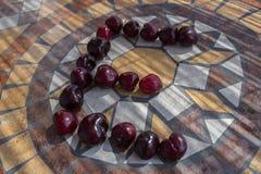 Beschriften Sie E, das mit cherrys gemacht wird, um einen Buchstaben des Alphabetes mit Früchten zu bilden Stockfotografie