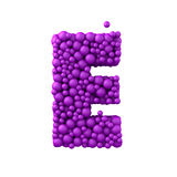 Beschriften Sie E, das von den Plastikperlen, die purpurroten Blasen gemacht wird, lokalisiert auf Weiß, 3d übertragen Lizenzfreies Stockfoto