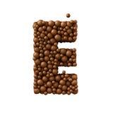 Beschriften Sie E, das von den Schokoladenblasen, Milchschokoladekonzept gemacht wird, 3d übertragen Stockfotografie