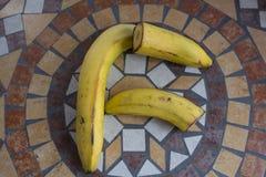 Beschriften Sie F, das mit Bananen gemacht wird, um einen Buchstaben des Alphabetes mit Früchten zu bilden Stockfotografie