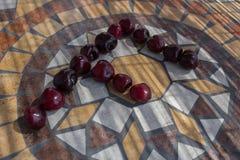 Beschriften Sie F, das mit cherrys gemacht wird, um einen Buchstaben des Alphabetes mit Früchten zu bilden Lizenzfreies Stockfoto