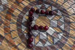 Beschriften Sie F, das mit cherrys gemacht wird, um einen Buchstaben des Alphabetes mit Früchten zu bilden Lizenzfreie Stockfotos