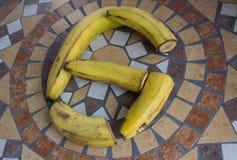 Beschriften Sie G, der mit Bananen gemacht wird, um einen Buchstaben des Alphabetes mit Früchten zu bilden Lizenzfreie Stockfotos
