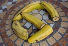 Beschriften Sie G, der mit Bananen gemacht wird, um einen Buchstaben des Alphabetes mit Früchten zu bilden Lizenzfreies Stockfoto