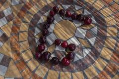 Beschriften Sie G, der mit cherrys gemacht wird, um einen Buchstaben des Alphabetes mit Früchten zu bilden Lizenzfreie Stockfotografie