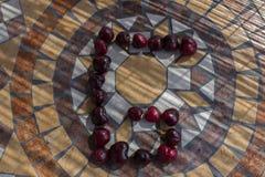Beschriften Sie G, der mit cherrys gemacht wird, um einen Buchstaben des Alphabetes mit Früchten zu bilden Stockfotografie