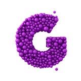 Beschriften Sie G, der von den Plastikperlen, die purpurroten Blasen gemacht wird, lokalisiert auf Weiß, 3d übertragen Stockfotografie