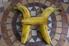 Beschriften Sie H, das mit Bananen gemacht wird, um einen Buchstaben des Alphabetes mit Früchten zu bilden Lizenzfreie Stockfotos