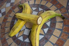Beschriften Sie H, das mit Bananen gemacht wird, um einen Buchstaben des Alphabetes mit Früchten zu bilden Stockbild