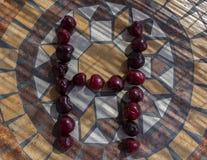 Beschriften Sie H, das mit cherrys gemacht wird, um einen Buchstaben des Alphabetes mit Früchten zu bilden Lizenzfreie Stockfotografie
