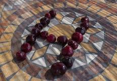 Beschriften Sie H, das mit cherrys gemacht wird, um einen Buchstaben des Alphabetes mit Früchten zu bilden Stockbilder