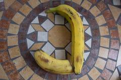 Beschriften Sie J, das mit Bananen gemacht wird, um einen Buchstaben des Alphabetes mit Früchten zu bilden Stockfotos