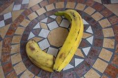 Beschriften Sie J, das mit Bananen gemacht wird, um einen Buchstaben des Alphabetes mit Früchten zu bilden Stockfoto