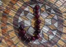 Beschriften Sie J, das mit cherrys gemacht wird, um einen Buchstaben des Alphabetes mit Früchten zu bilden Stockbilder