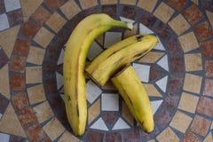 Beschriften Sie K, das mit Bananen gemacht wird, um einen Buchstaben des Alphabetes mit Früchten zu bilden Lizenzfreie Stockbilder
