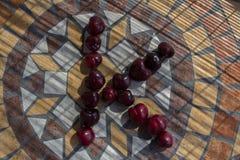 Beschriften Sie K, das mit cherrys gemacht wird, um einen Buchstaben des Alphabetes mit Früchten zu bilden Lizenzfreies Stockbild