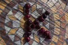 Beschriften Sie K, das mit cherrys gemacht wird, um einen Buchstaben des Alphabetes mit Früchten zu bilden Stockbild