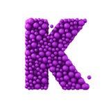 Beschriften Sie K, das von den Plastikperlen, die purpurroten Blasen gemacht wird, lokalisiert auf Weiß, 3d übertragen Stockbild