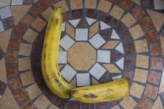 Beschriften Sie L, das mit Bananen gemacht wird, um einen Buchstaben des Alphabetes mit Früchten zu bilden Lizenzfreie Stockfotos