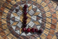 Beschriften Sie L, das mit cherrys gemacht wird, um einen Buchstaben des Alphabetes mit Früchten zu bilden Lizenzfreie Stockfotos