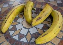 Beschriften Sie M, das mit Bananen gemacht wird, um einen Buchstaben des Alphabetes mit Früchten zu bilden Lizenzfreies Stockfoto