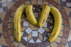 Beschriften Sie M, das mit Bananen gemacht wird, um einen Buchstaben des Alphabetes mit Früchten zu bilden Stockfoto