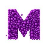 Beschriften Sie M, das von den Plastikperlen, die purpurroten Blasen gemacht wird, lokalisiert auf Weiß, 3d übertragen Lizenzfreies Stockfoto
