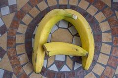 Beschriften Sie A machte mit Bananen, um einen Buchstaben des Alphabetes mit Früchten zu bilden Lizenzfreies Stockfoto