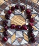 Beschriften Sie A machte mit cherrys, um einen Buchstaben des Alphabetes mit Früchten zu bilden Lizenzfreie Stockbilder