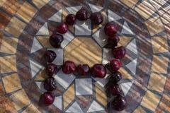 Beschriften Sie A machte mit cherrys, um einen Buchstaben des Alphabetes mit Früchten zu bilden Stockbild