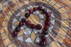 Beschriften Sie A machte mit cherrys, um einen Buchstaben des Alphabetes mit Früchten zu bilden Lizenzfreie Stockfotografie