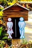 Beschriften Sie Mann und eine Damentoilette, die vom Holz gemacht wird lizenzfreie stockbilder