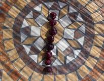Beschriften Sie mich machte mit cherrys, um einen Buchstaben des Alphabetes mit Früchten zu bilden Lizenzfreie Stockfotografie