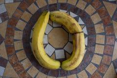 Beschriften Sie O, das mit Bananen gemacht wird, um einen Buchstaben des Alphabetes mit Früchten zu bilden Lizenzfreies Stockfoto