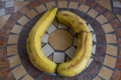 Beschriften Sie O, das mit Bananen gemacht wird, um einen Buchstaben des Alphabetes mit Früchten zu bilden Lizenzfreie Stockfotos