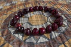 Beschriften Sie O, das mit cherrys gemacht wird, um einen Buchstaben des Alphabetes mit Früchten zu bilden Stockbild