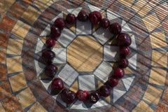 Beschriften Sie O, das mit cherrys gemacht wird, um einen Buchstaben des Alphabetes mit Früchten zu bilden Stockfotos