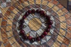 Beschriften Sie O, das mit cherrys gemacht wird, um einen Buchstaben des Alphabetes mit Früchten zu bilden Lizenzfreie Stockfotografie