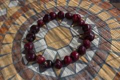 Beschriften Sie O, das mit cherrys gemacht wird, um einen Buchstaben des Alphabetes mit Früchten zu bilden Lizenzfreie Stockbilder