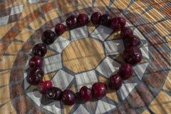 Beschriften Sie O, das mit cherrys gemacht wird, um einen Buchstaben des Alphabetes mit Früchten zu bilden Stockfoto