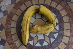 Beschriften Sie P, das mit Bananen gemacht wird, um einen Buchstaben des Alphabetes mit Früchten zu bilden Stockbilder
