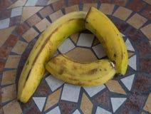 Beschriften Sie P, das mit Bananen gemacht wird, um einen Buchstaben des Alphabetes mit Früchten zu bilden Lizenzfreie Stockfotos