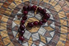 Beschriften Sie P, das mit cherrys gemacht wird, um einen Buchstaben des Alphabetes mit Früchten zu bilden Lizenzfreie Stockfotografie